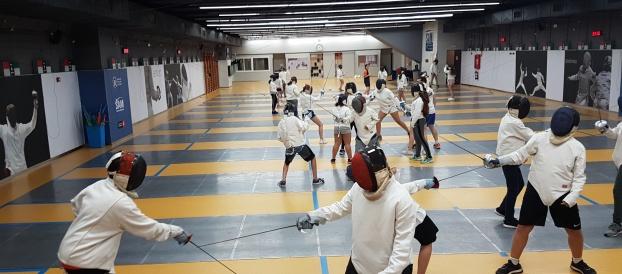 Els alumnes de 1r ESO practiquen l'esgrima